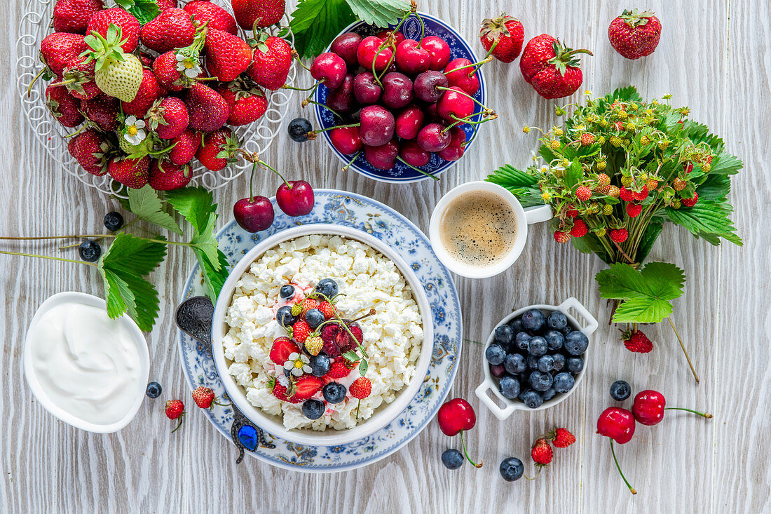 Breakfast with cottage cheese and fresh berries