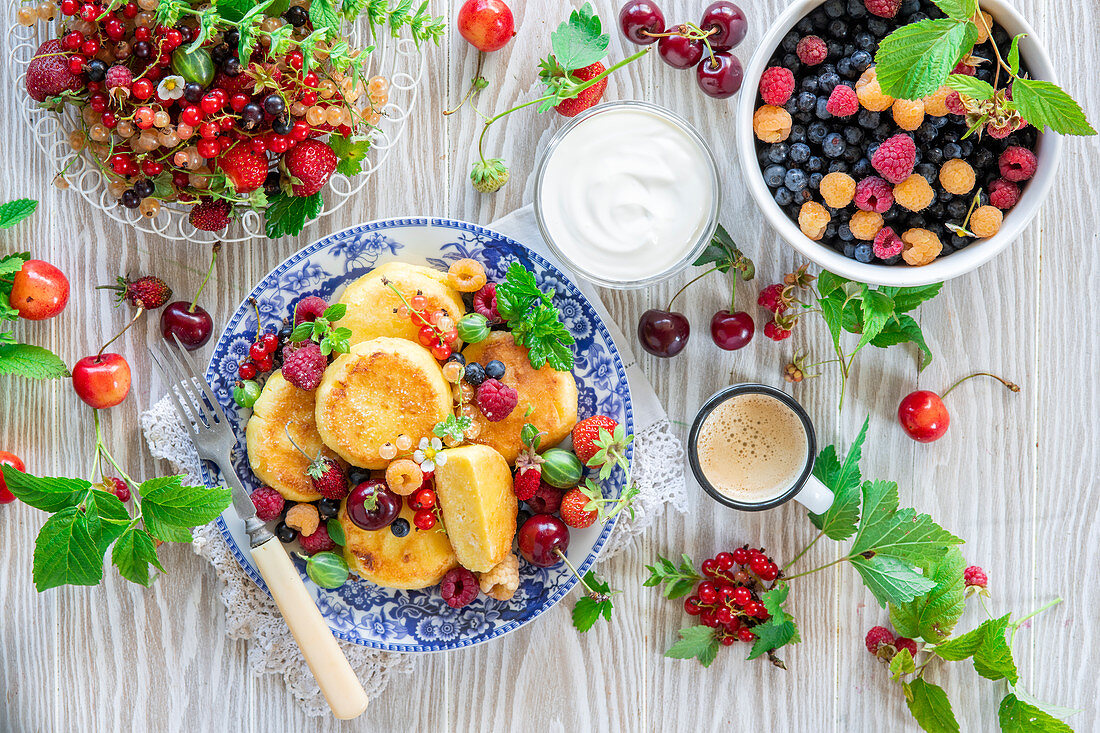 Syrniki (cottage cheese pancakes) with fresh berries