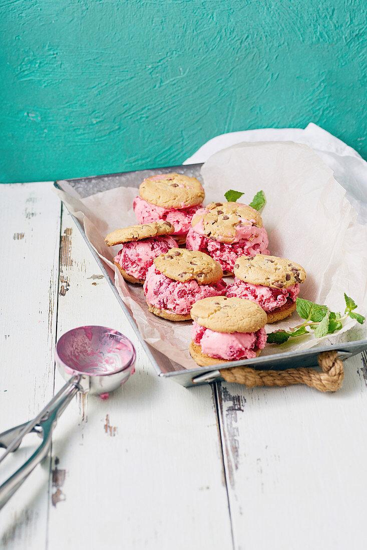 Sandwich-Cookies mit Himbeereis