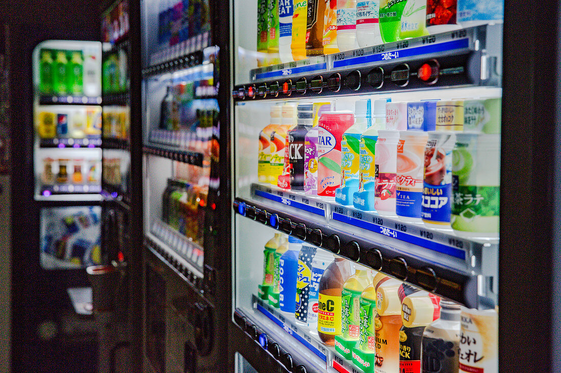 Fizzy drinks, iced tea, soft drinks, cold drinks, iced coffee, in a vending machine (Japan)