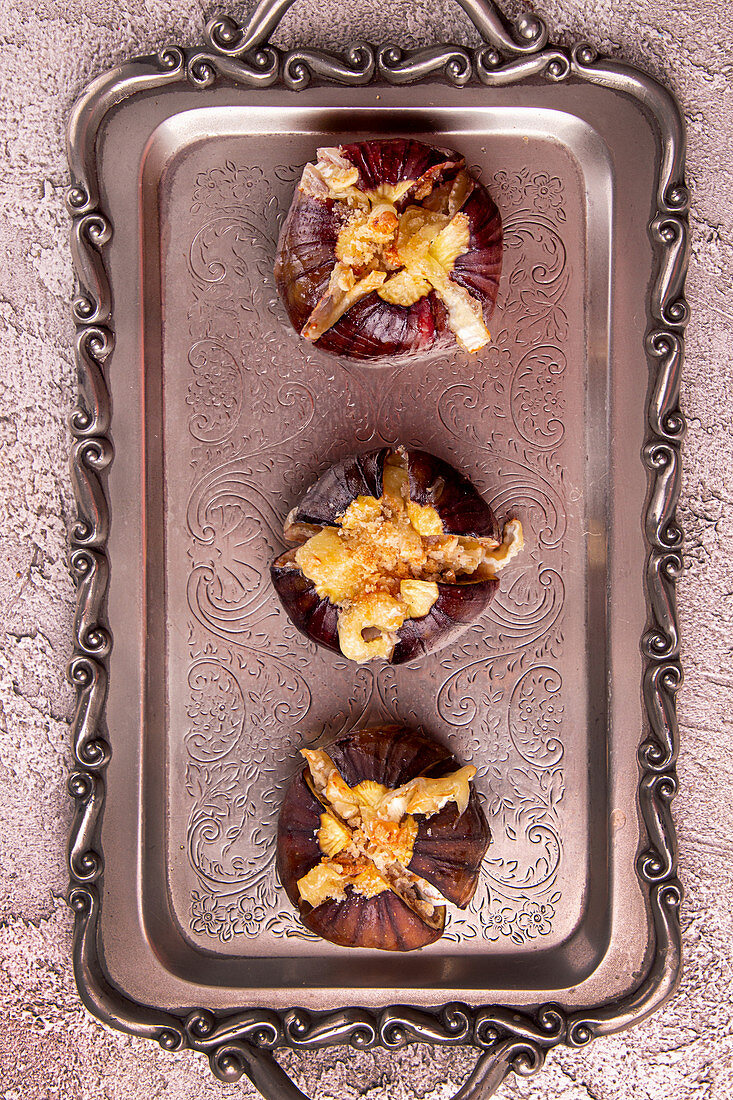 Ripe figs baked with cow's milk cheese, brie and camambert and sprinkled with bread crumbs