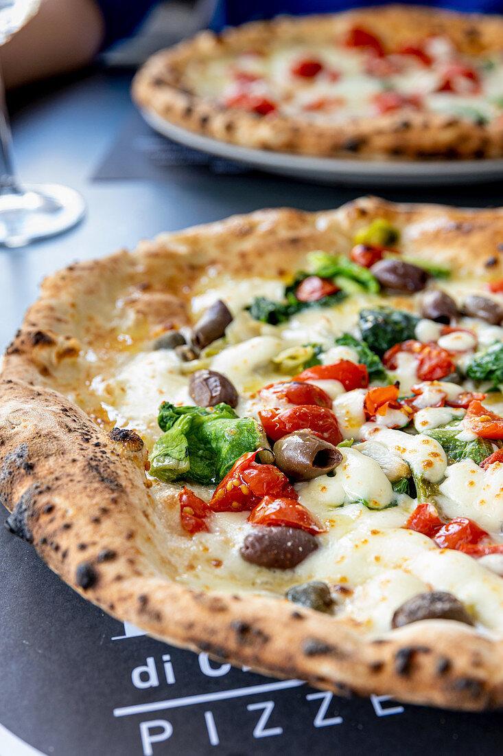 Pizza mit Tomaten, Oliven und Endivie