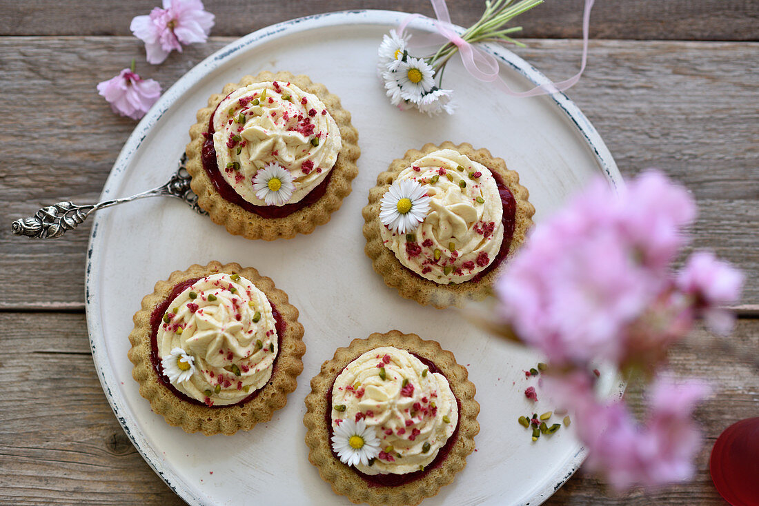 Vegan smoothie raspberry tartlets with sponge cake bases