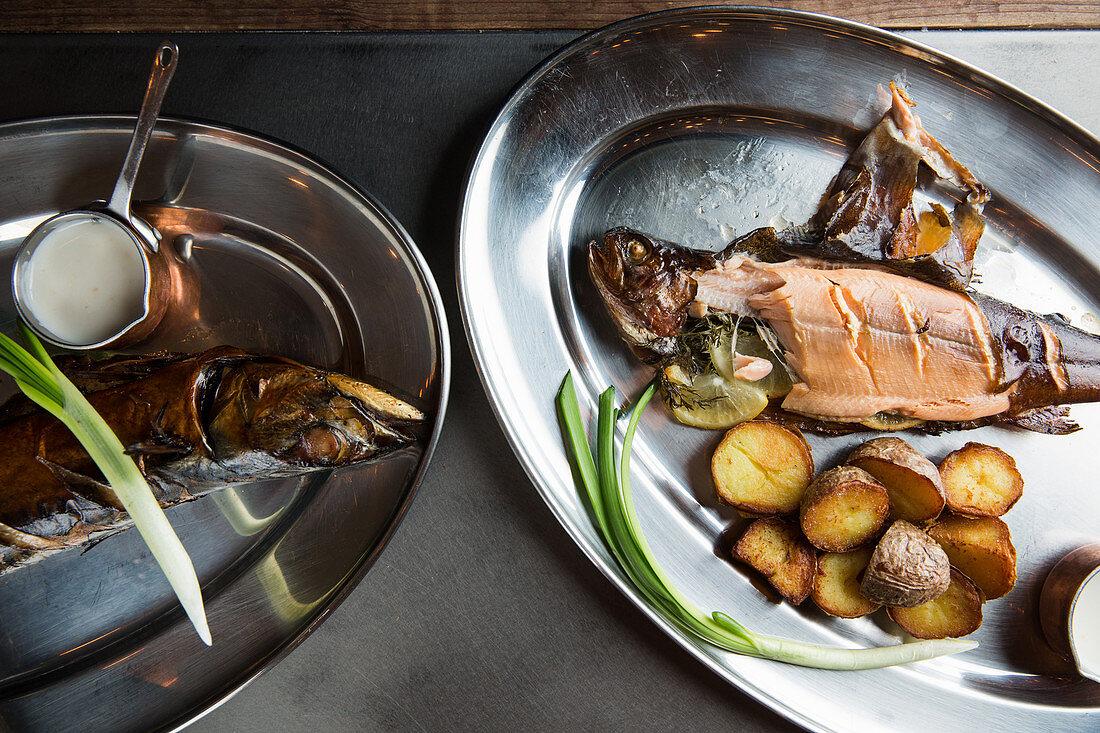Ofengebratene Fische mit Bratkartoffeln