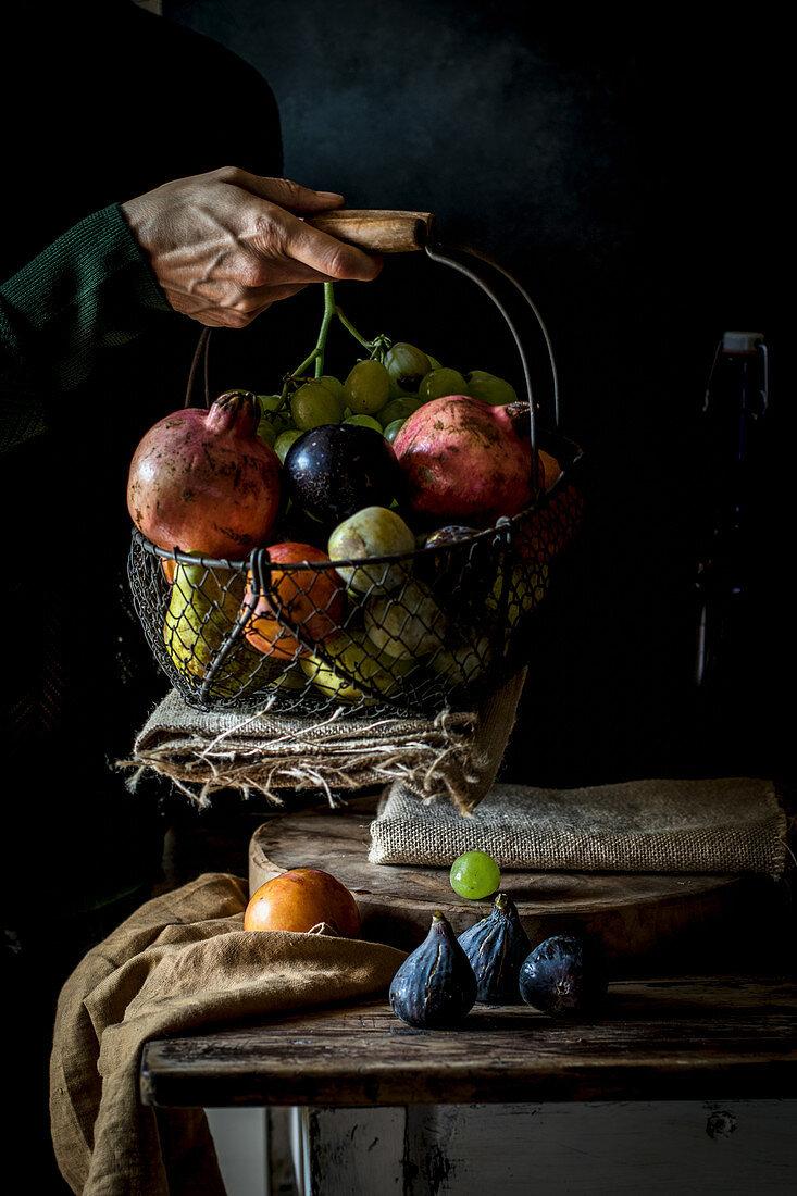 Obststilleben mit Frauenhand