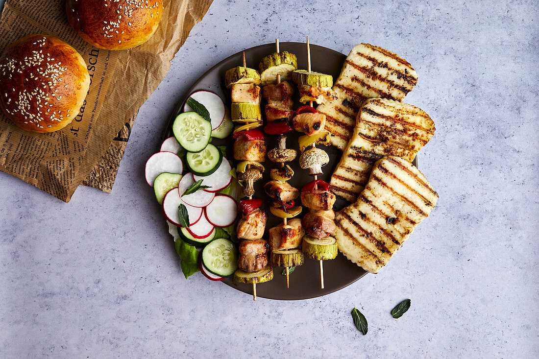 Chicken skewers with grilled halloumi cheese and fresh salad