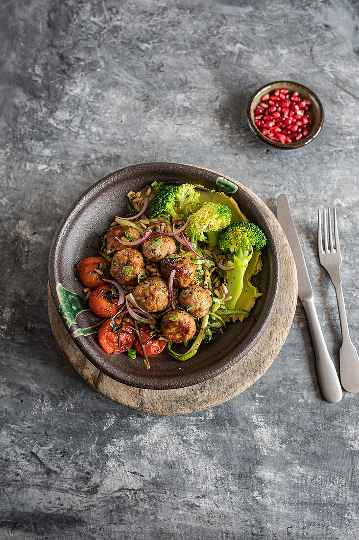 Meatballs with broccoli and tomatoes