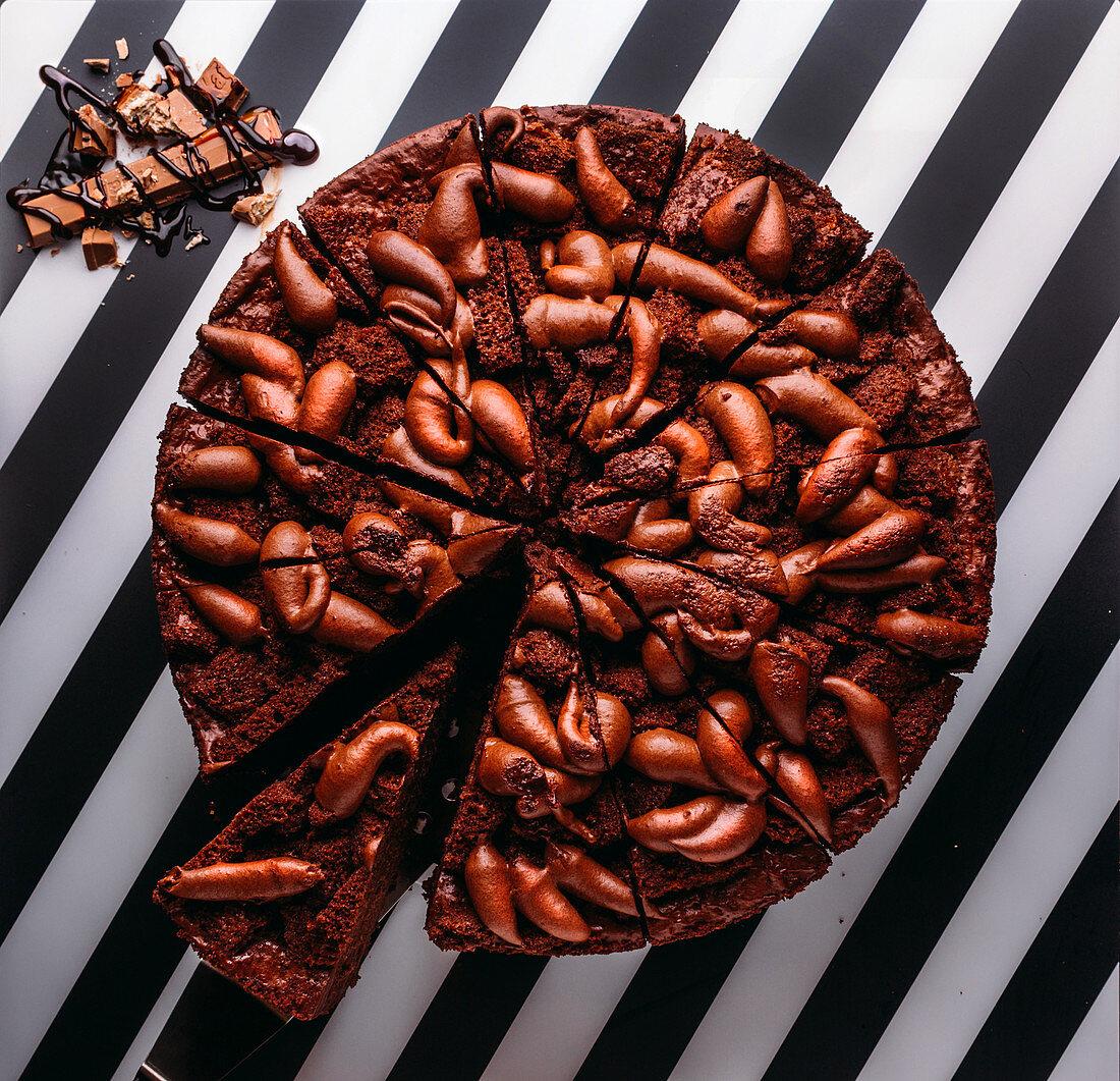 Schokoladen-Cremetorte, in Stücke geschnitten