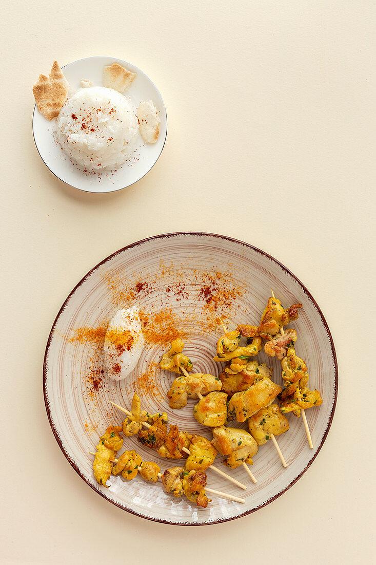 Maurische Spießchen mit Reis und Gewürzen