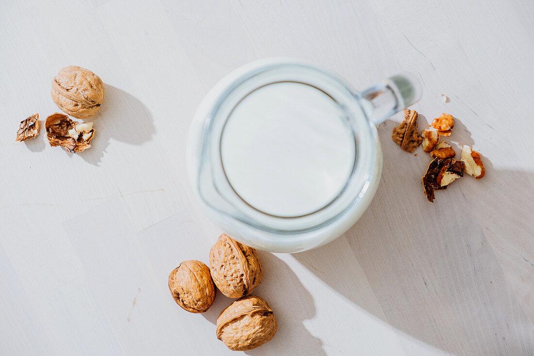 Nussdrink als veganer Milchersatz im Krug