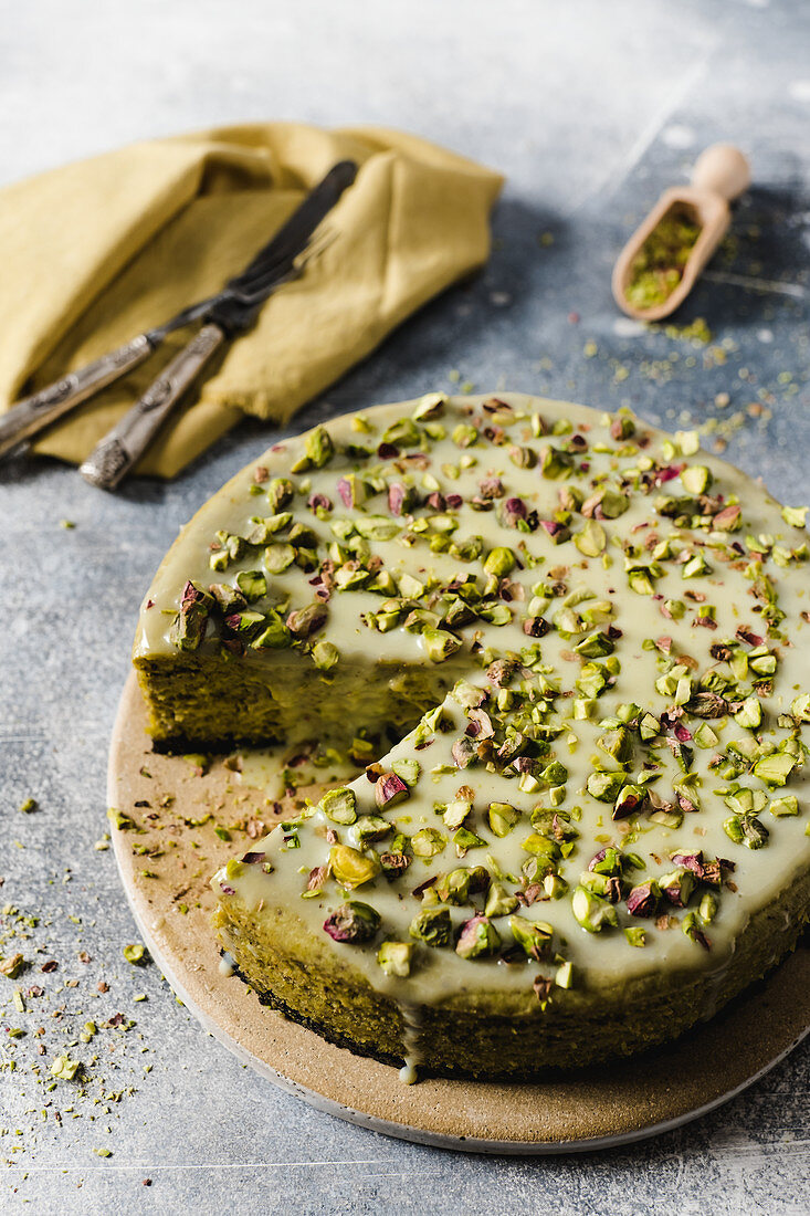 Pistachio cheesecake with withe chocolate icing