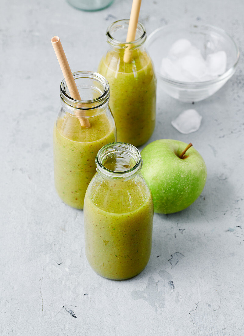 Kiwi, lettuce and apple smoothies