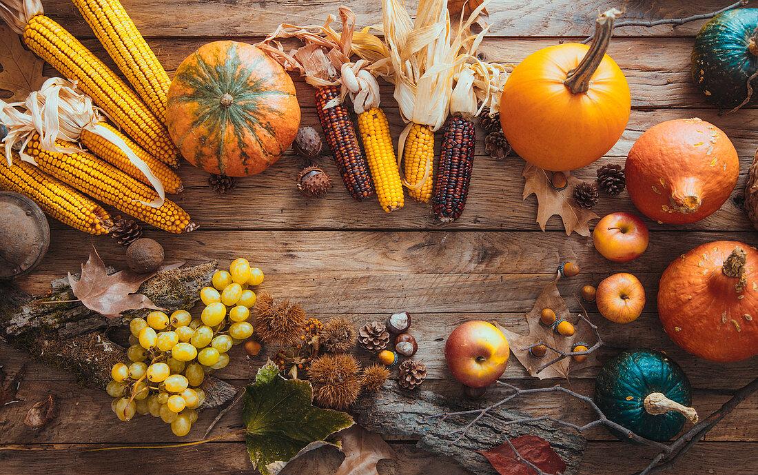 Erntedankstilleben mit Gemüse, Maiskolben und Obst