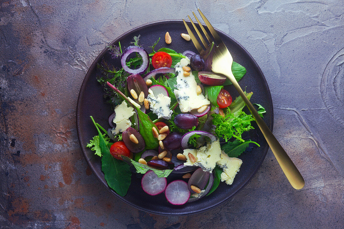 Salad with gorgonzola, vegetables and pine nuts