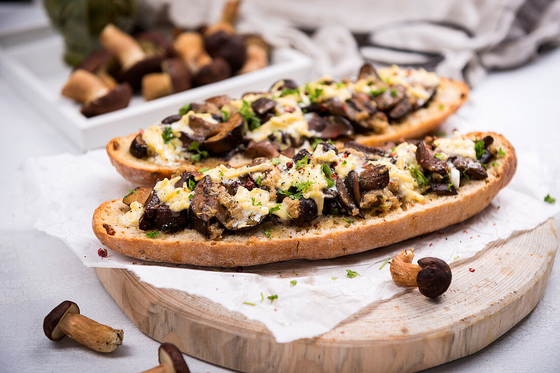 Onion baguette with chestnut mushrooms and almond cheese au gratin