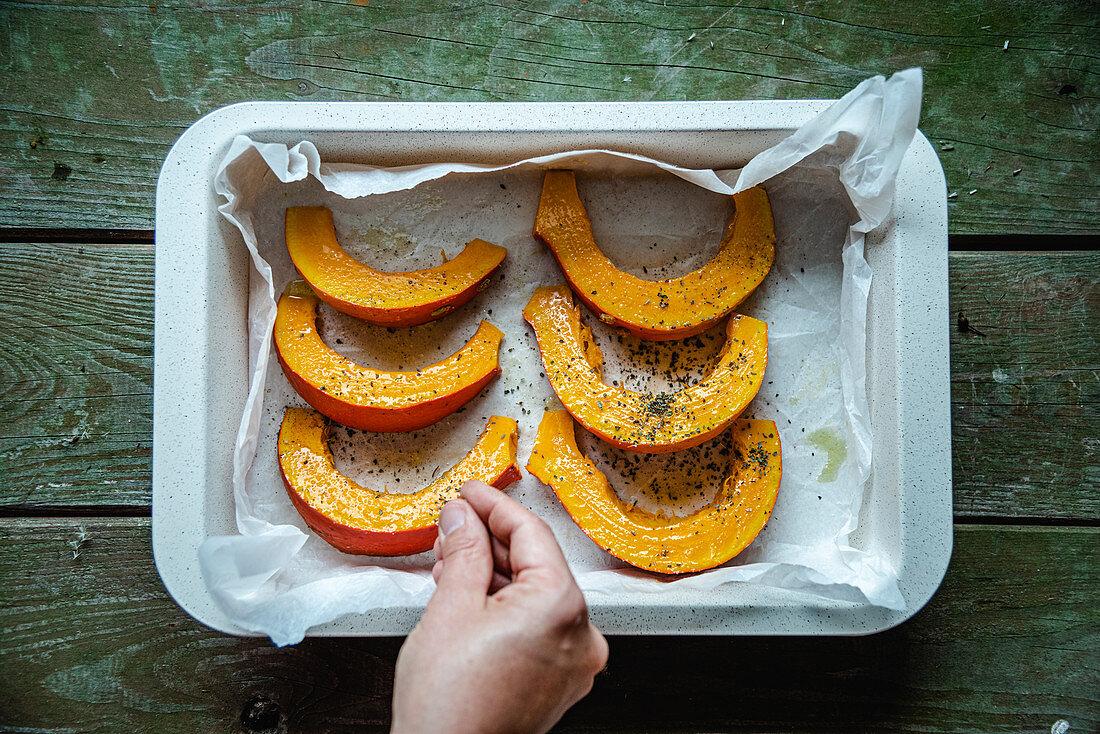 Seasoning pumpkin slices