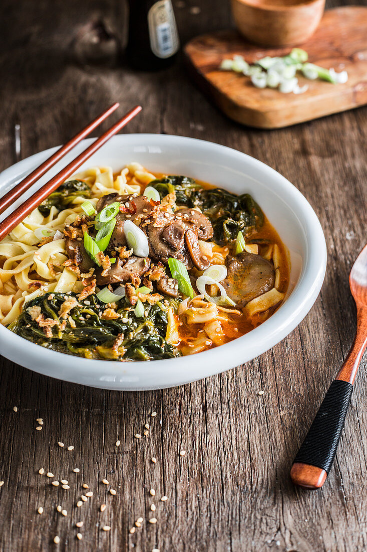 Mushrooms and spinachs noodles soup