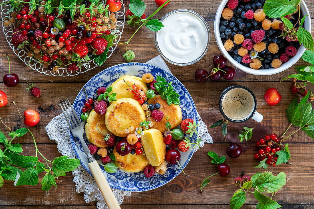 Syrniki (fried quark dumplings, Russia) with berries