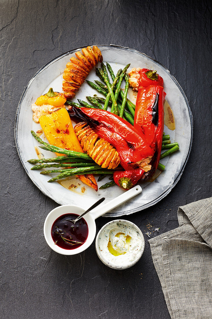 Stuffed pointed pepper with potato twists and a herb dip