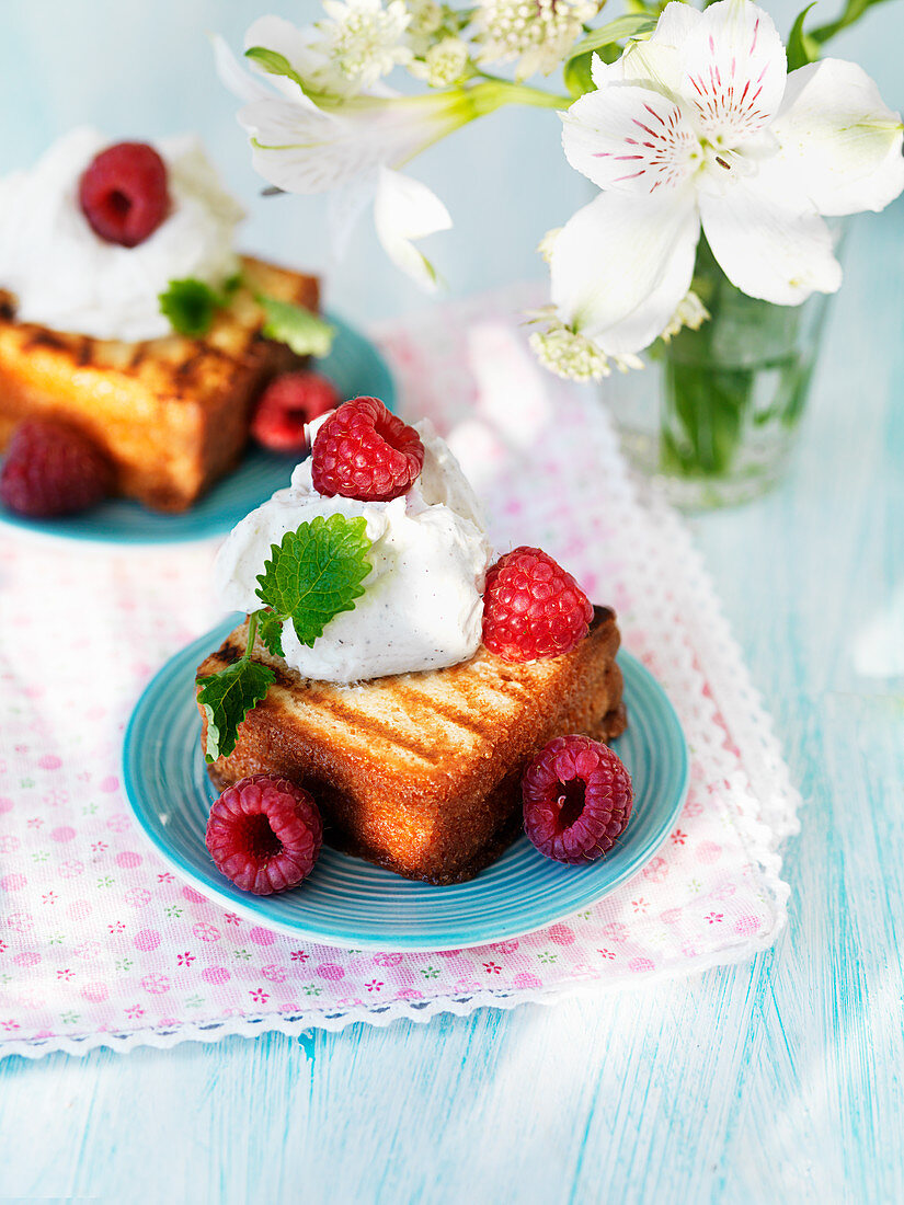 Barbeque grilled spongecake with rasberries and cream