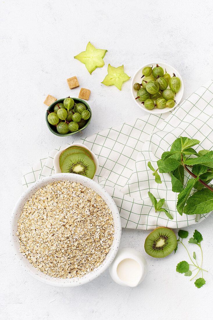 Zutaten für gesundes Frühstück: Haferflocken, Kiwi, Stachelbeeren und Minze