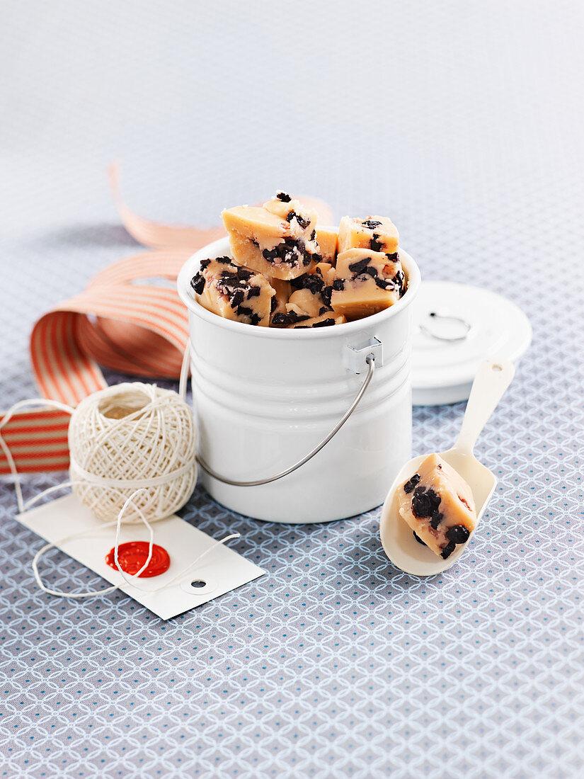 Vanilla fudge with blueberries