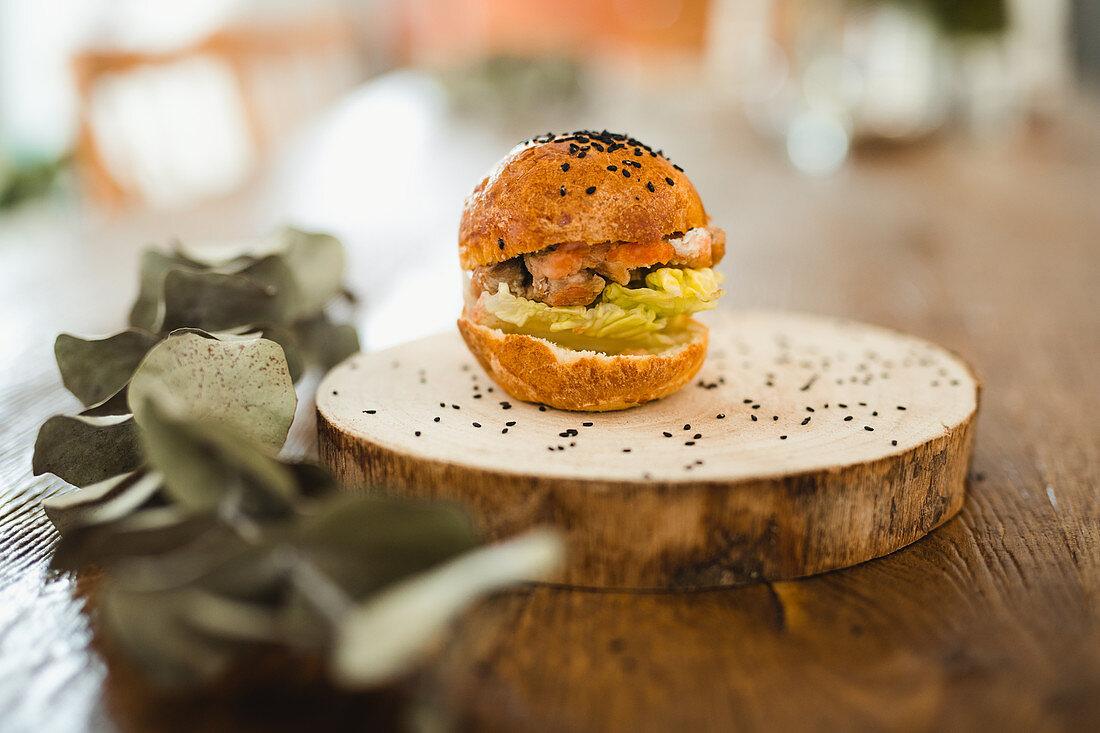 Hamburger mit schwarzem Sesam auf Baumscheibe