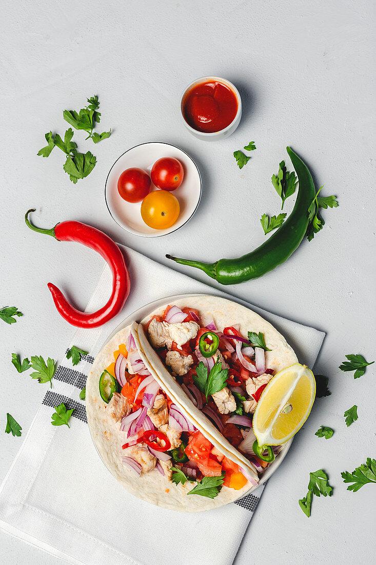 Tacos mit frischem Gemüse, Hähnchen und Koriandergrün (Mexiko)