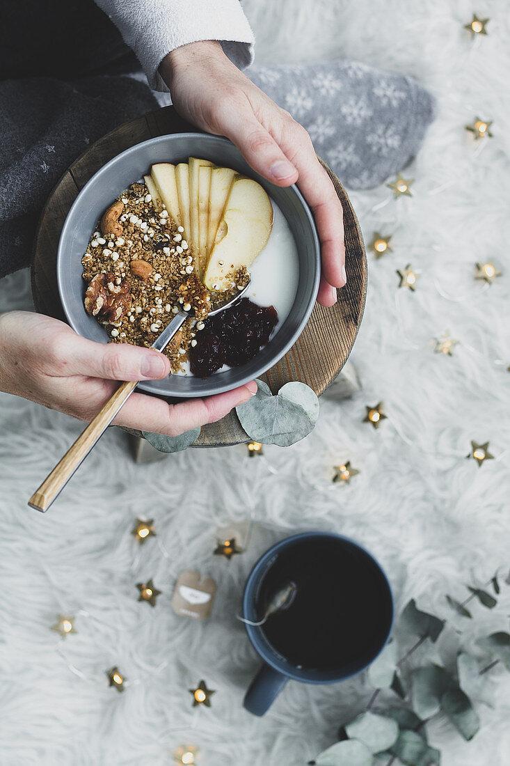 Gesunde Breakfast Bowl mit Cerealien und Apfel