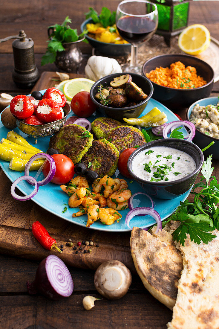Mediterranean antipasti with prawns, tzatziki, vegetables and naan bread
