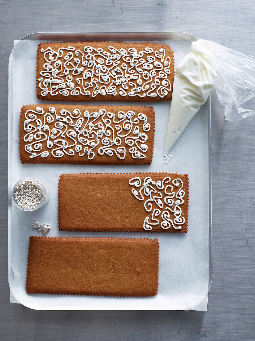 Gingerbread with sugar icing pattern