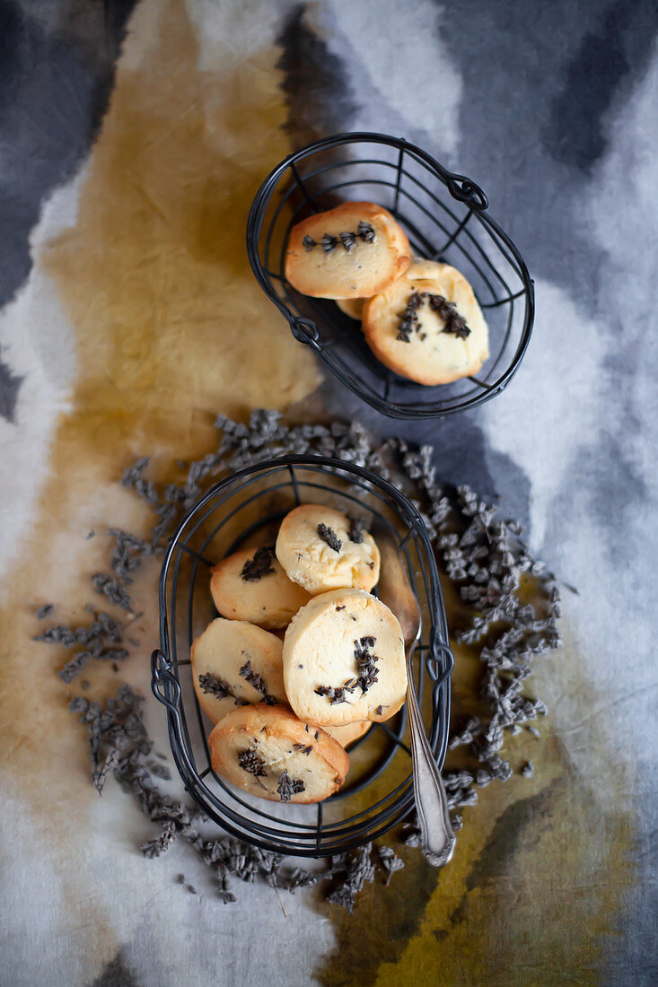 Sablés with lavender flowers in small baskets