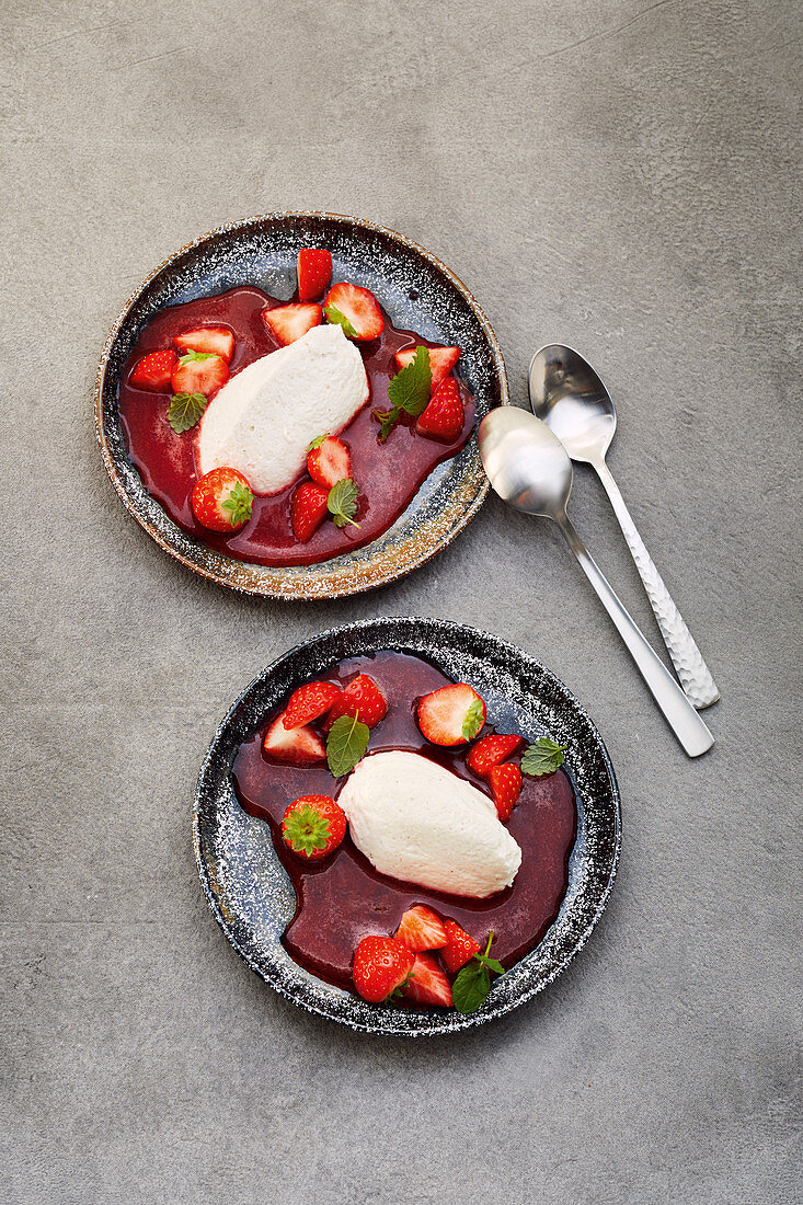 Strawberry puree with sour cream