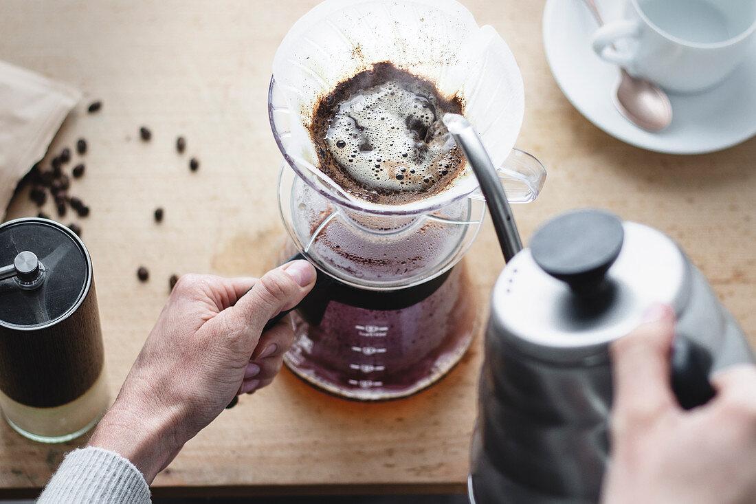 Kaffee aufbrühen mit Kaffeefilter