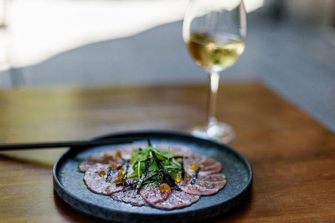 Carpaccio mit Kräutern und Kaviar