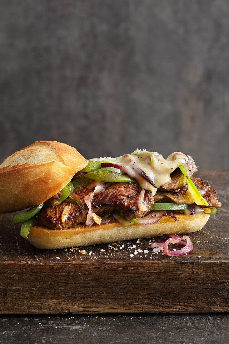 Steak-Sandwich mit Provolone, Paprika und roten Zwiebeln