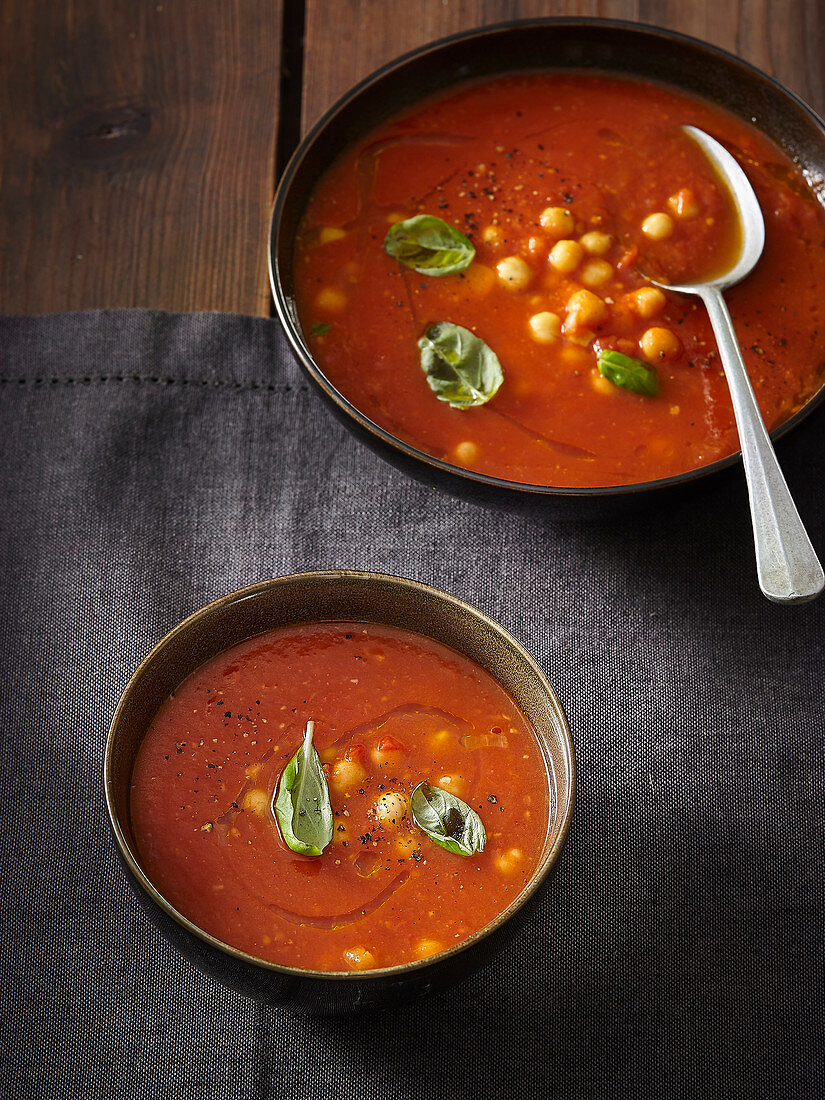Tomato soup with chickpeas and white wine