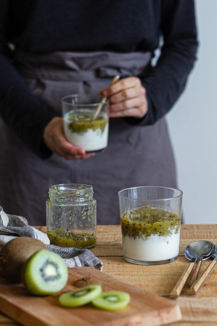 Kiwipüree mit Joghurt im Glas