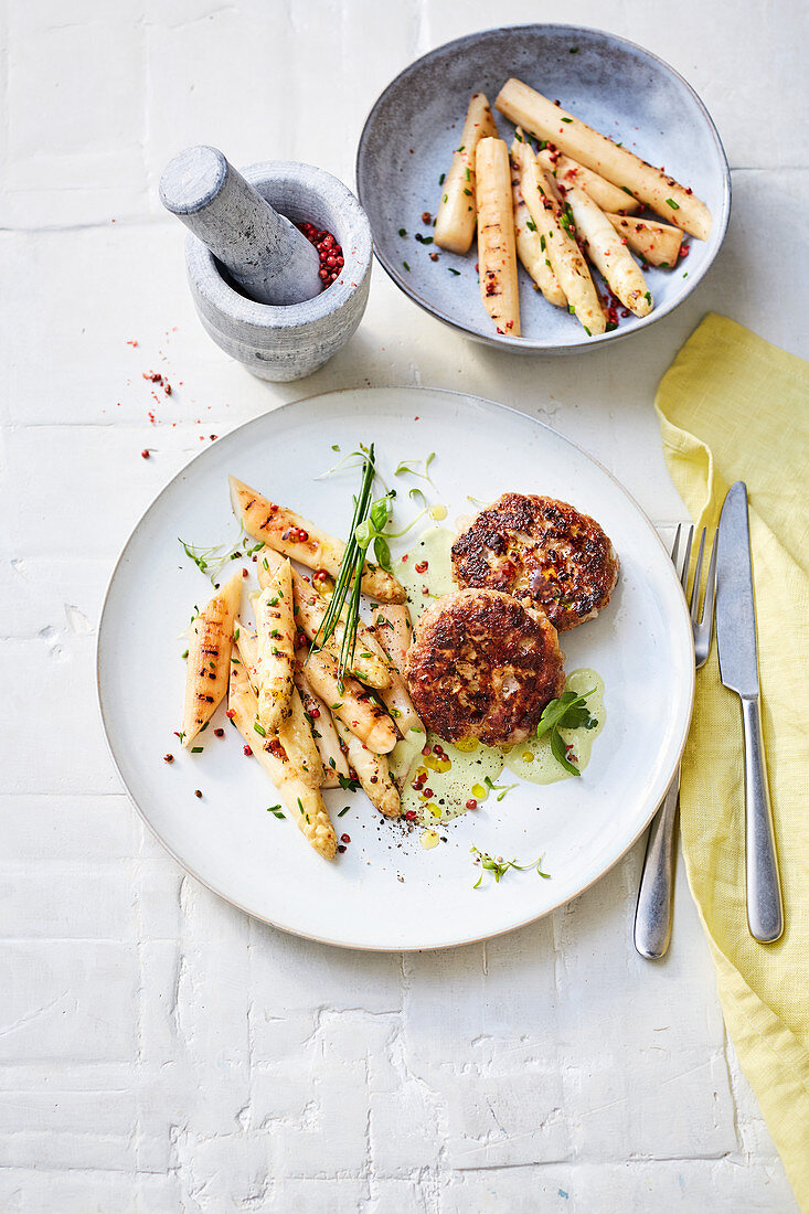 Meatballs with grilled asparagus with green asparagus cream