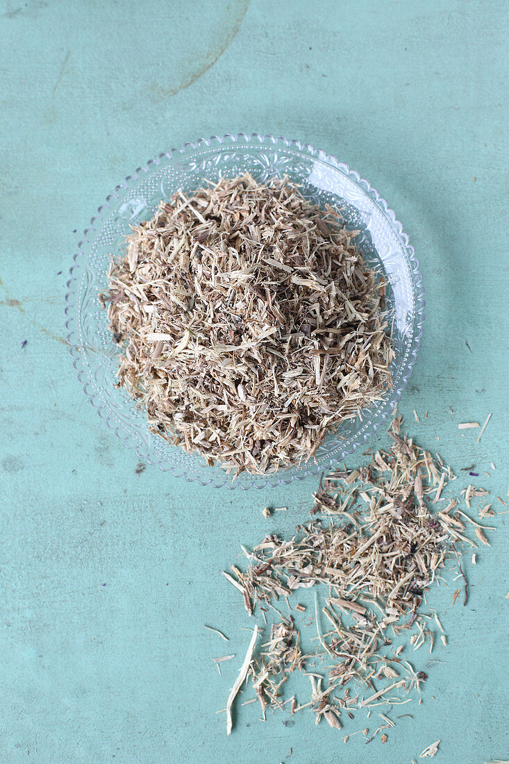 Dried parts of plants (roots, bark, etc.) for making tea
