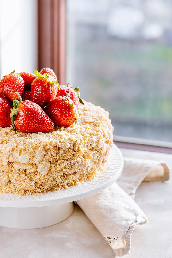 Napoleon-Torte (Mille-Feuille-Torte mit Vanille-Buttercreme) mit Erdbeeren