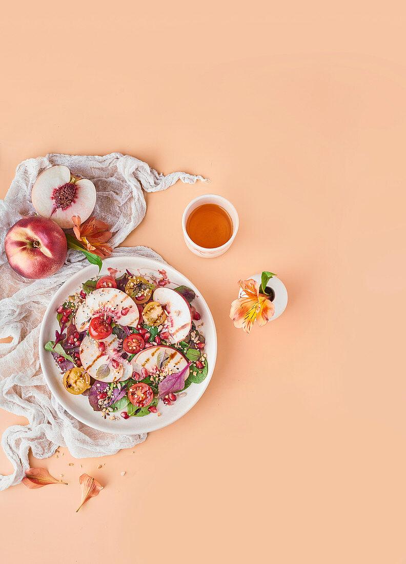Salat mit Pfirsichen, Kirschtomaten und Kräutern