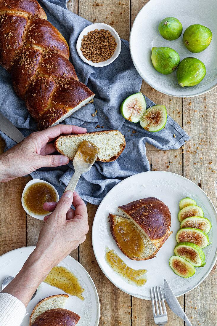 Geflochtenes Brot mit frischen Feigen und süßer Fruchtmarmelade