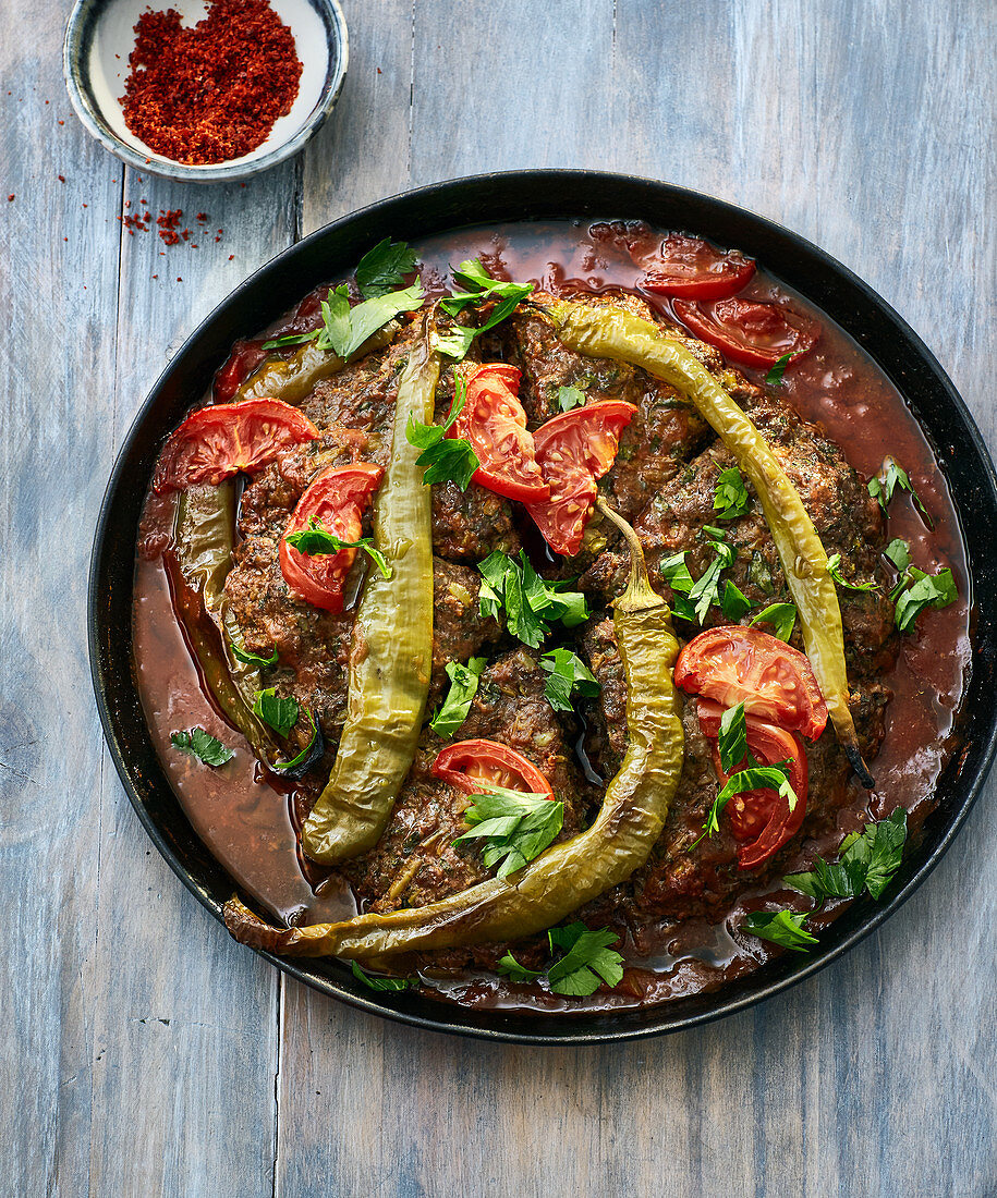 Minced meat kebab with green peperoni and tomatoes