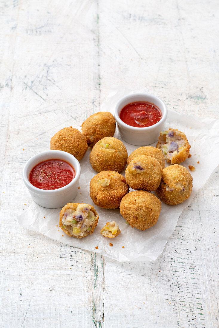 Polpette di Cavolfiore – cauliflower and potato croquettes with a tomato dip