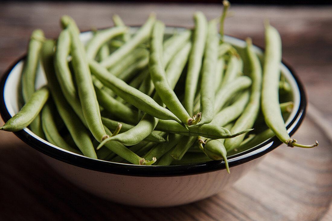 Frische grüne Bohnen in Emailleschale