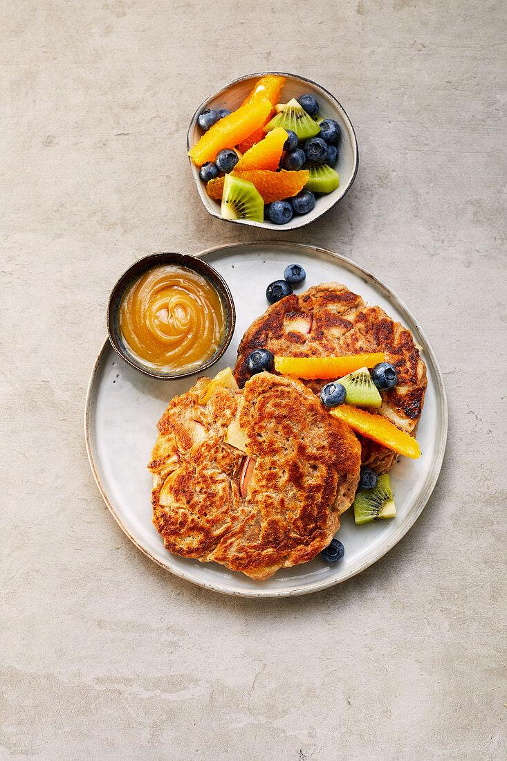 Vegane Apfelpfannkuchen mit Ahornbutter und Obst