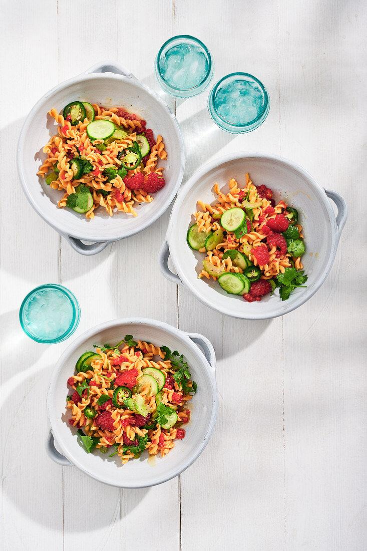 Salat mit Linsennudeln, Himbeeren, Koriander und Jalapenos