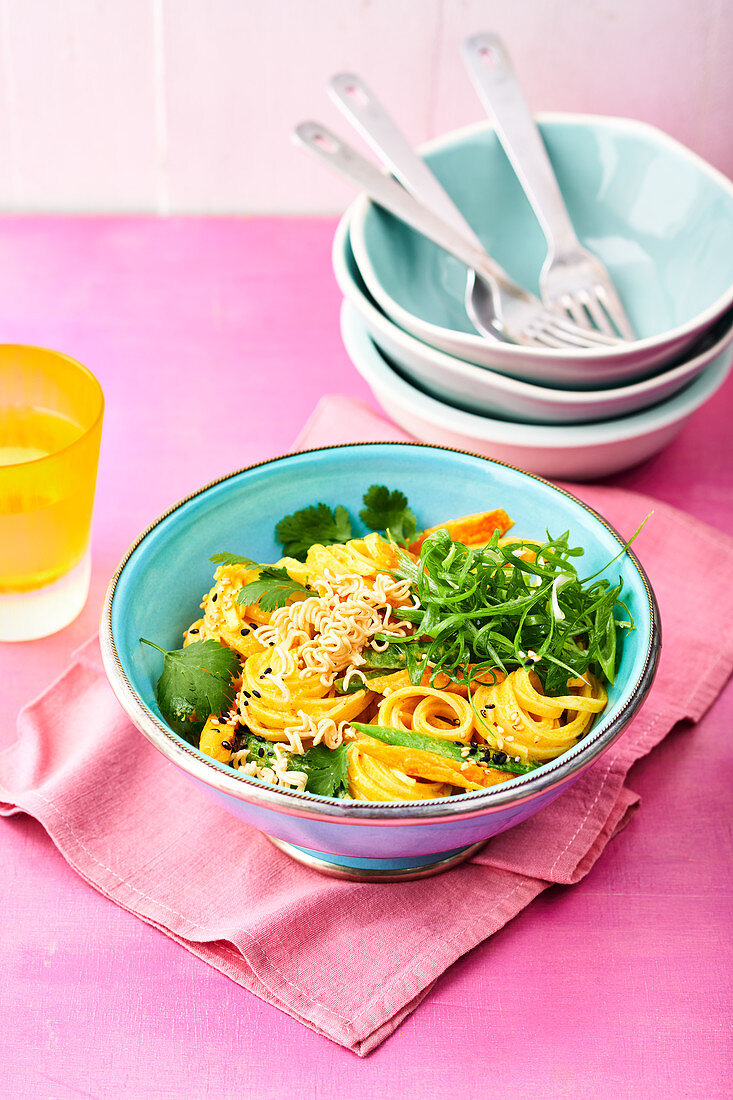 Rice noodle bowl with a Thai curry dressing