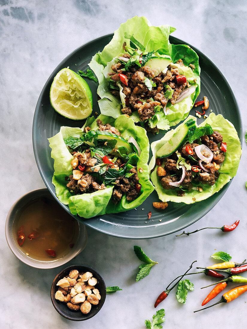 Vegan Thailandese larb salad in lettuce cups